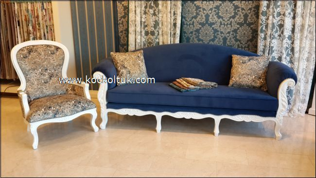 Mavi kadife Cantri uclu koltuk ve baski desenli berjel
